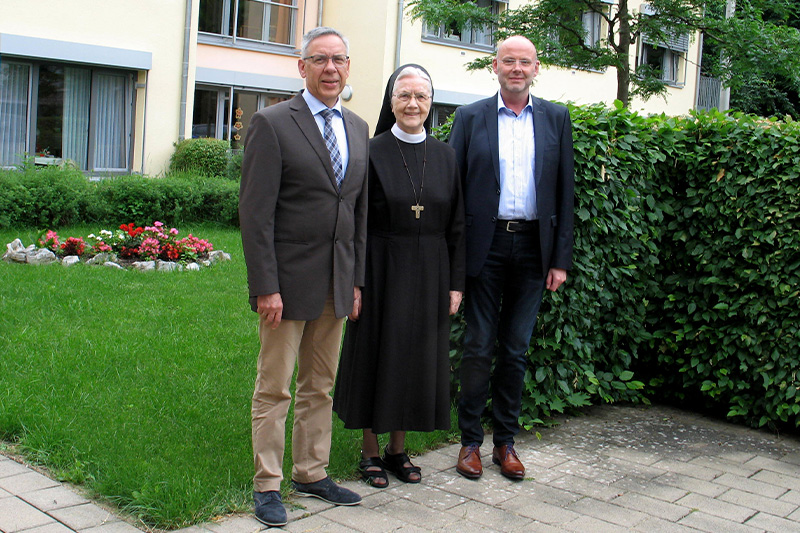 Abschied für Heinz Kleine (v.l.): Heinz Kleine, Schwester M. Raphaela vom Hofe und Andreas Cramer. Foto: Altenheim St. Franziskus